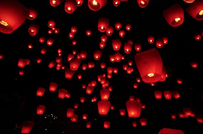 Los globos de luz son un detalle de experiencia en tu boda Foto: globosdeluz.com