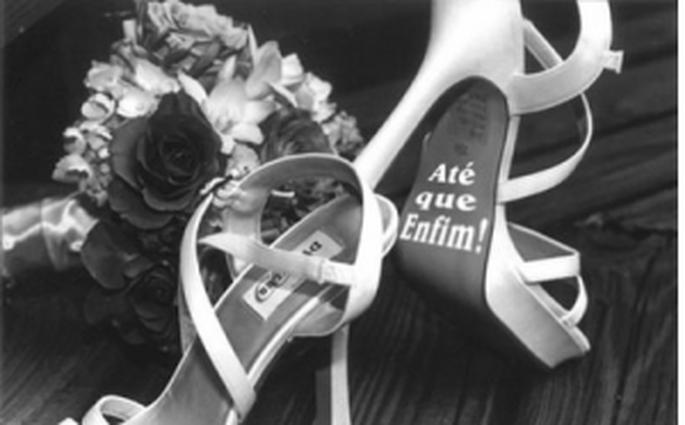 Sapato de noiva com adesivo da Gift Placas