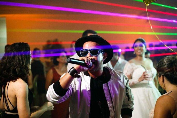 O multifacetado artista anima a pista de dança dos noivos
