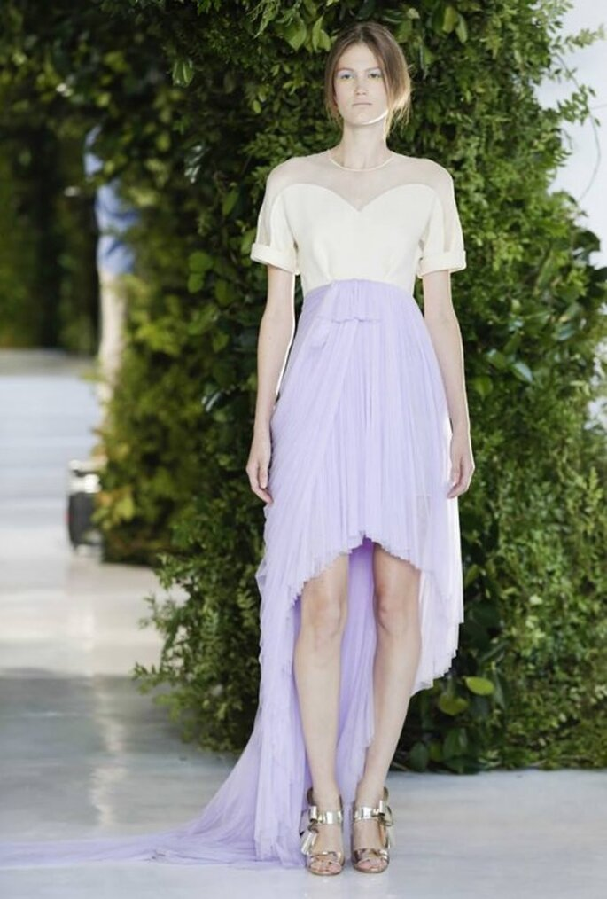Vestido de novia con top en color nude y detalles de transparencias; y falda en tono lila con cauda barrida - Foto Delpozo