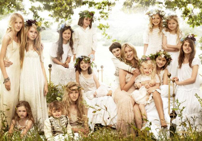 Pajecitas con coronas de flores en la boda de Kate Moss. Foto: Mario Testino vía Vogue Magazine - www.vogue.com