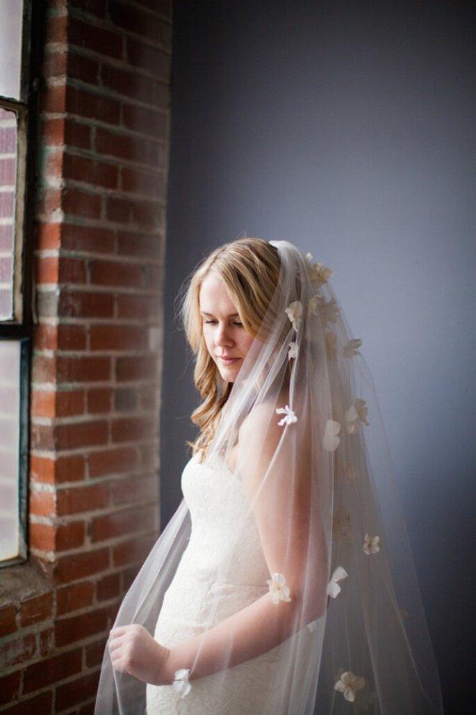 Un velo de novia con detalles en relieve, perfecto para 2015 - Foto Emma & Grace