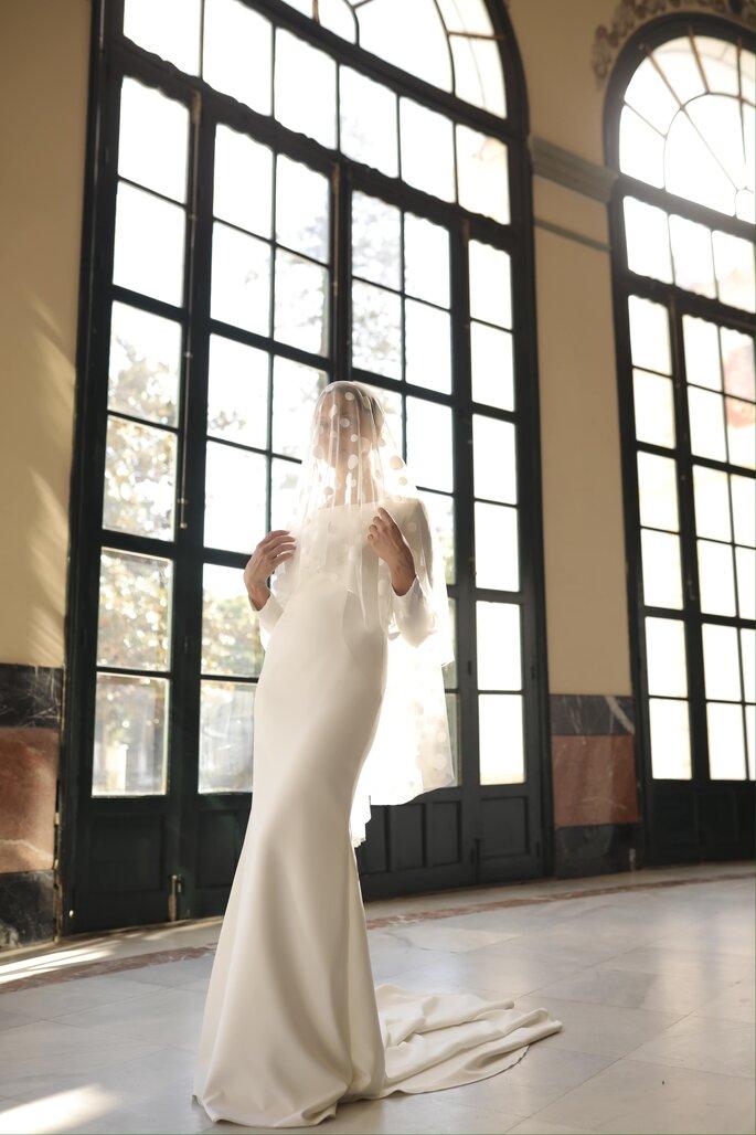Vestido de novia de corte recto vintage con hombros definidos y manga larga