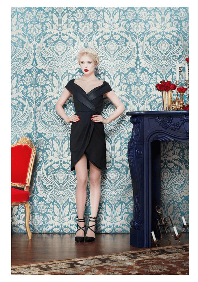 Vestido de fiesta en color negro con escote extendido y falda asimétrica - Foto Alice + Olivia