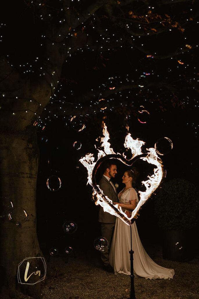 Ein flammendes Herz beim nächtliches Brautpaar-Shooting.