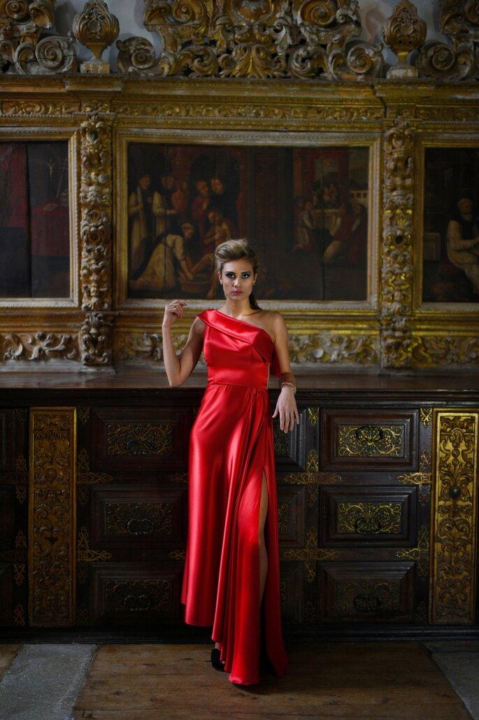 convidada com vestido vermelho