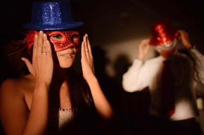 Hora loca con cotillones en la fiesta de boda. Foto: Juya Photographer