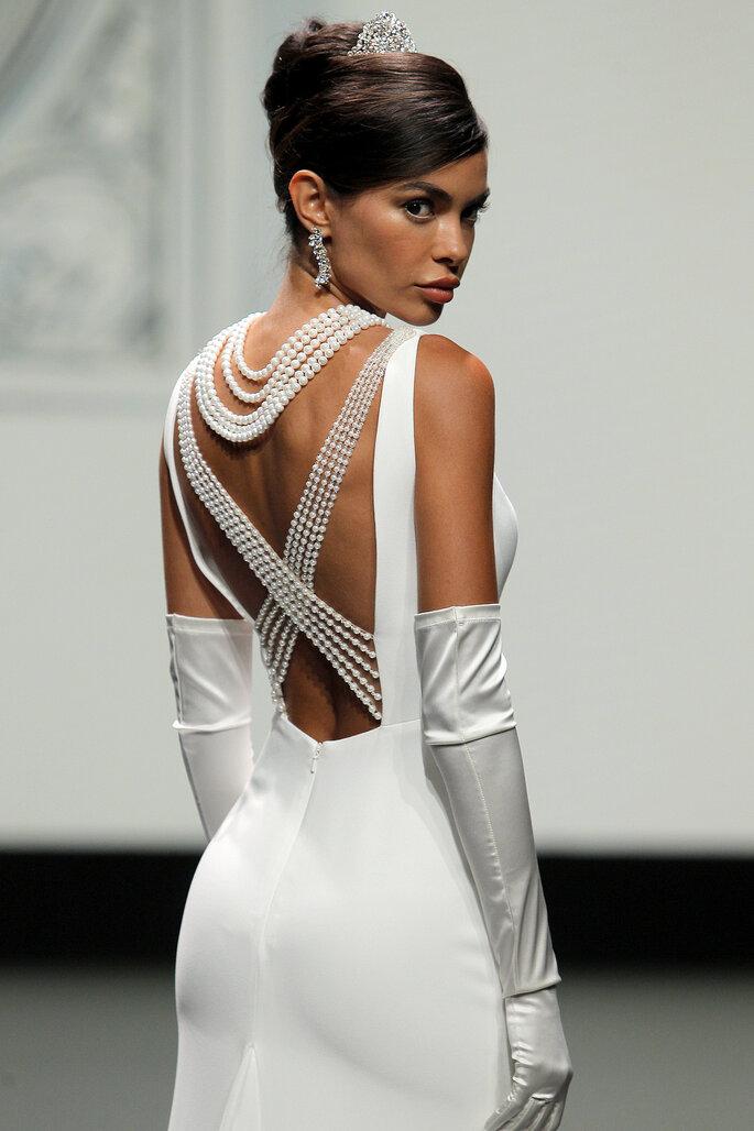 Barcelona Bridal Fashion Week St Patrick vestido de novia detalle escote de la espalda con tirantes en x y guantes altos blancos