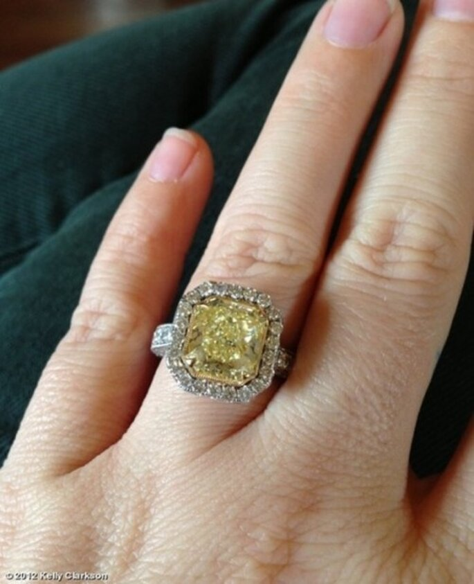 Anillo de compromiso con un diamante en color amarillo de Kelly Clarkson - Foto Twitter Kelly Clarkson