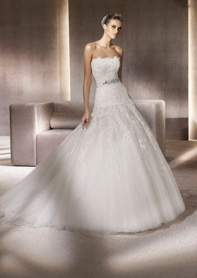Vestido de novia con escote palabra de honor y cinturón plateado. Colección Glamour Pronovias 2012