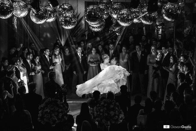 Noivos dançam música de casamento