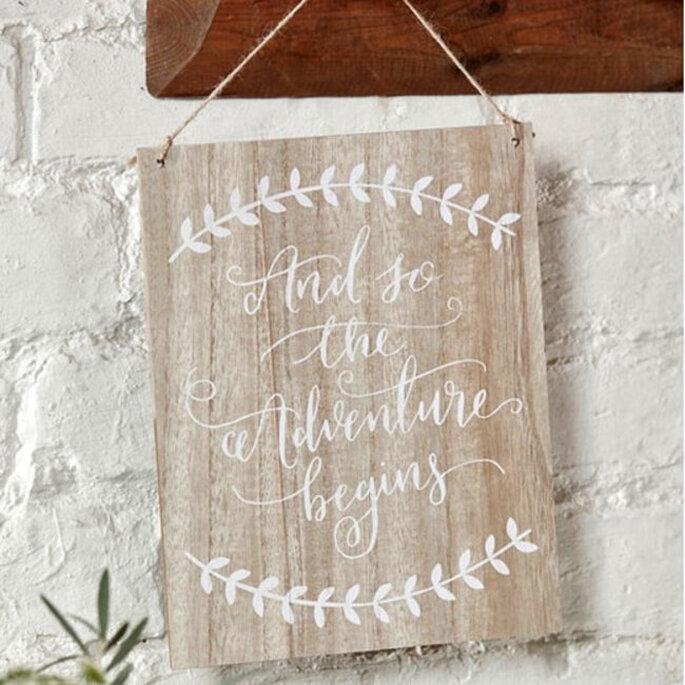 letrero de bodas en madera colagante con caligrafía y decorado de circulo