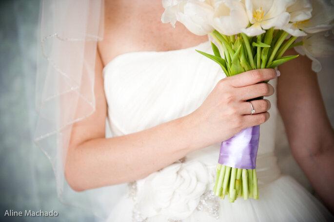 Nos encanta el detalle de este ramo de novia: flores blancas con centro amarillo y una cinta violeta para un efecto suave y armónico. Foto: Aline Machado