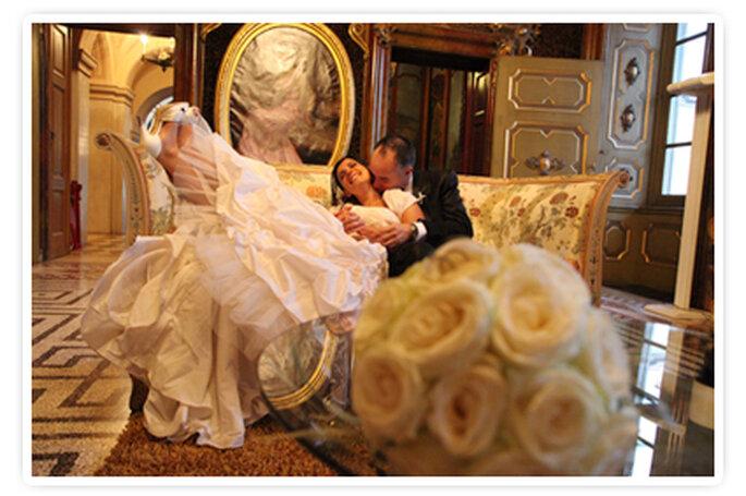 Una bella immagine della coppia fotografata in una delle sale della Villa. Foto New Image Officina d'Immagine