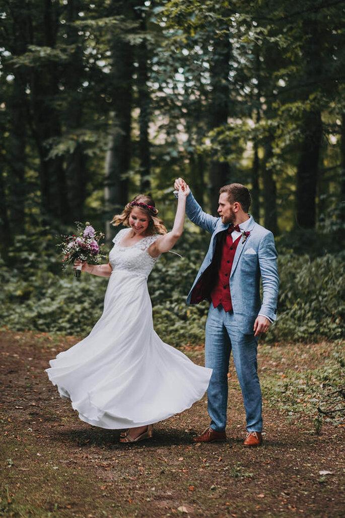 Ein Brautpaar tanzt beim Shooting im Wald.