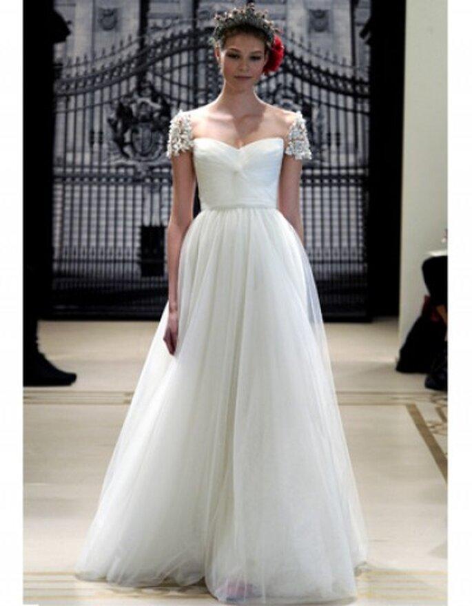 Vestido de novia en satén y tul con flores, escote sweeheart y mangas con apliques