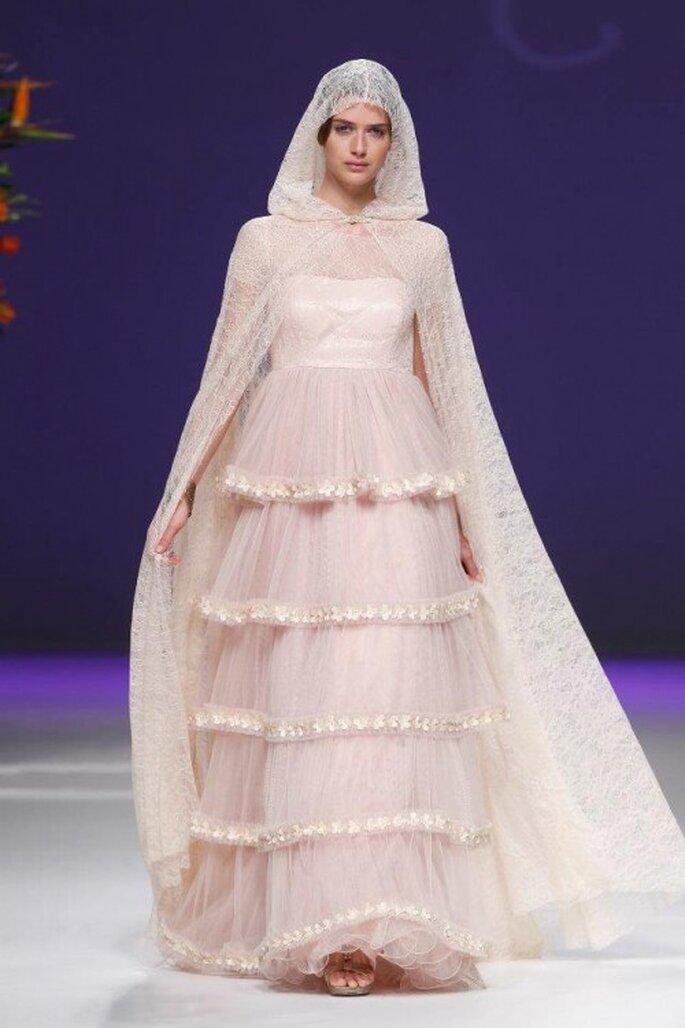 Vestido de novia 2013 en color rosa pálido con capa y capucha a juego - Foto Carla Ruiz Facebook