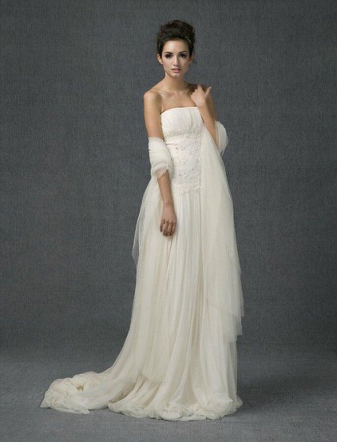 Vestido de novia con escote palabra de honor drapeado y falda fruncida realizado en tul de seda y coco, el talle se realza con un delicado encaje bordado en pedrería - Santos Costura 2012
