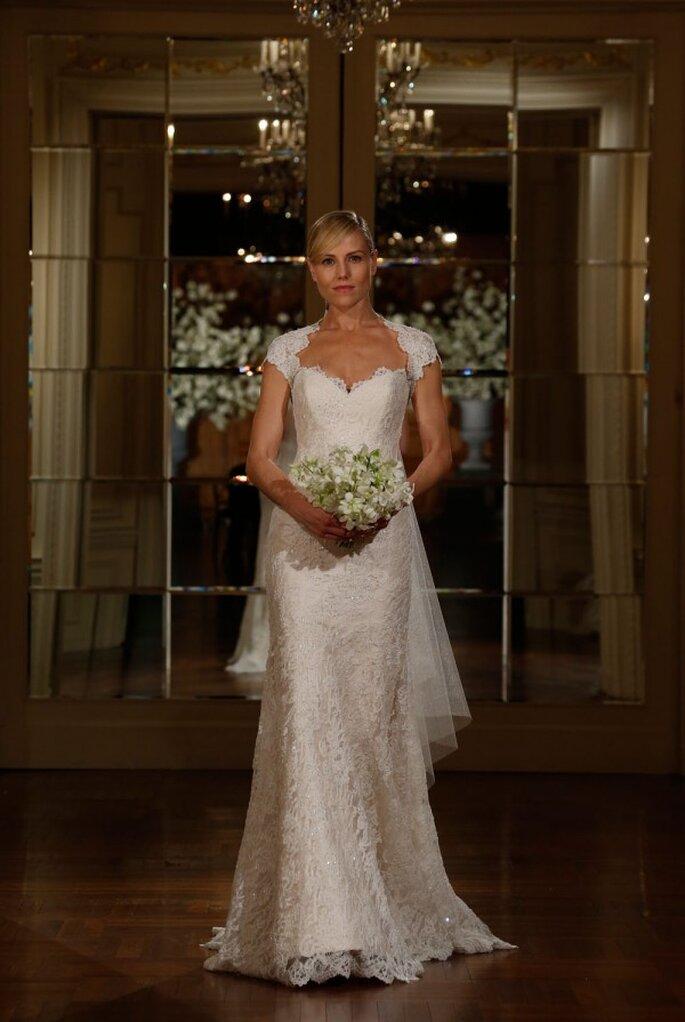 Vestido de novia con silueta columna plagada de hermosos bordados con encaje - Foto Romona Keveza