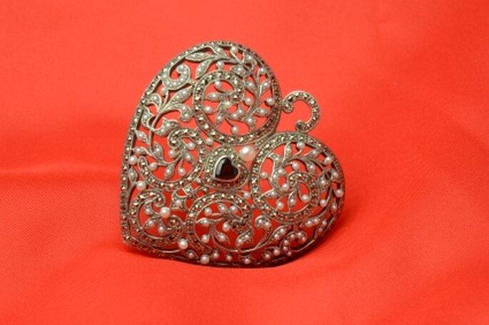 Corazón en plata y marquesitas con un pequeño rubino en el centro by Vintage López-Linares