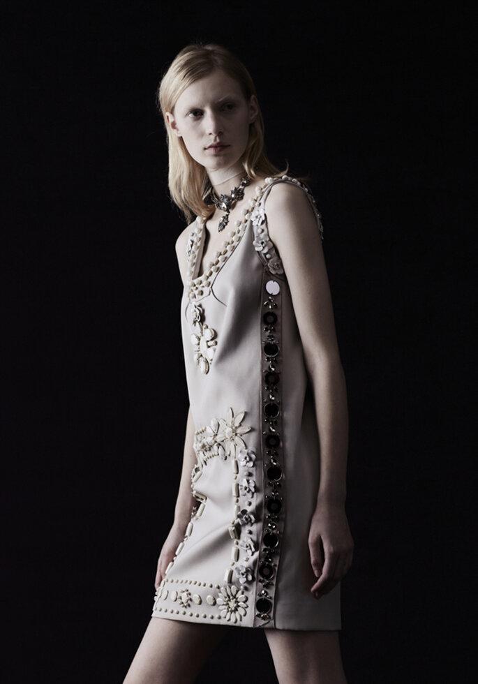 Vestido de novia corto en color tierra con apliques en relieve de flores y piedras - Foto Lanvin