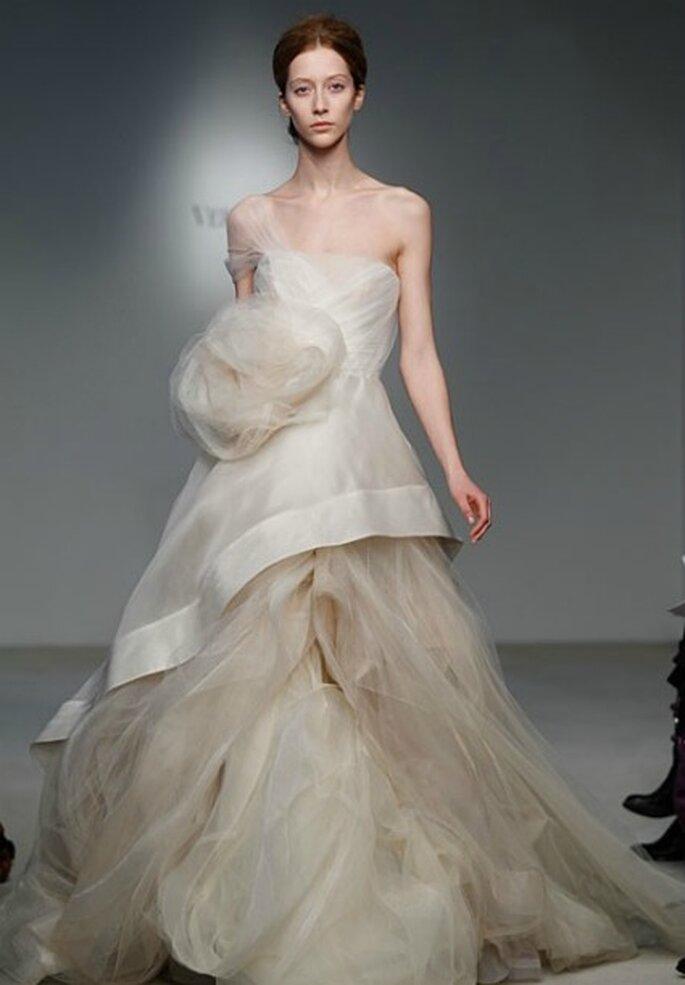 Esagerato e incredibilmente romantico al tempo stesso questo abito di Vera Wang Collezione 2012 Foto www.verawang.com