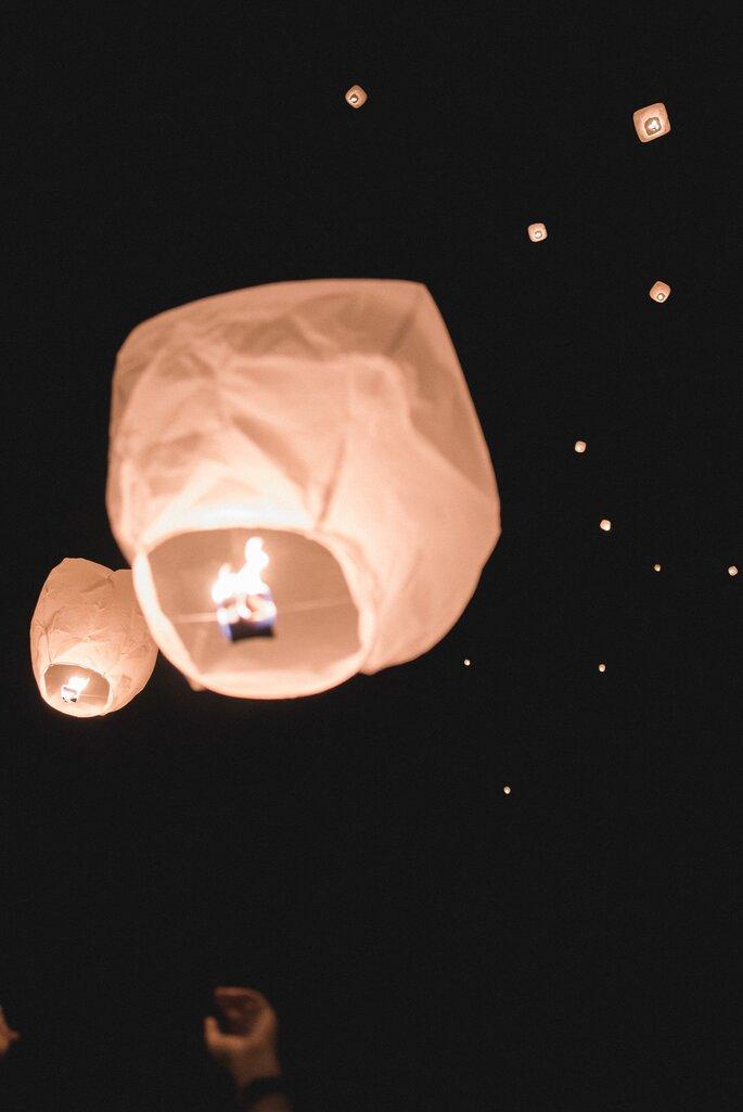 Un lâcher de lanternes lors d'un mariage