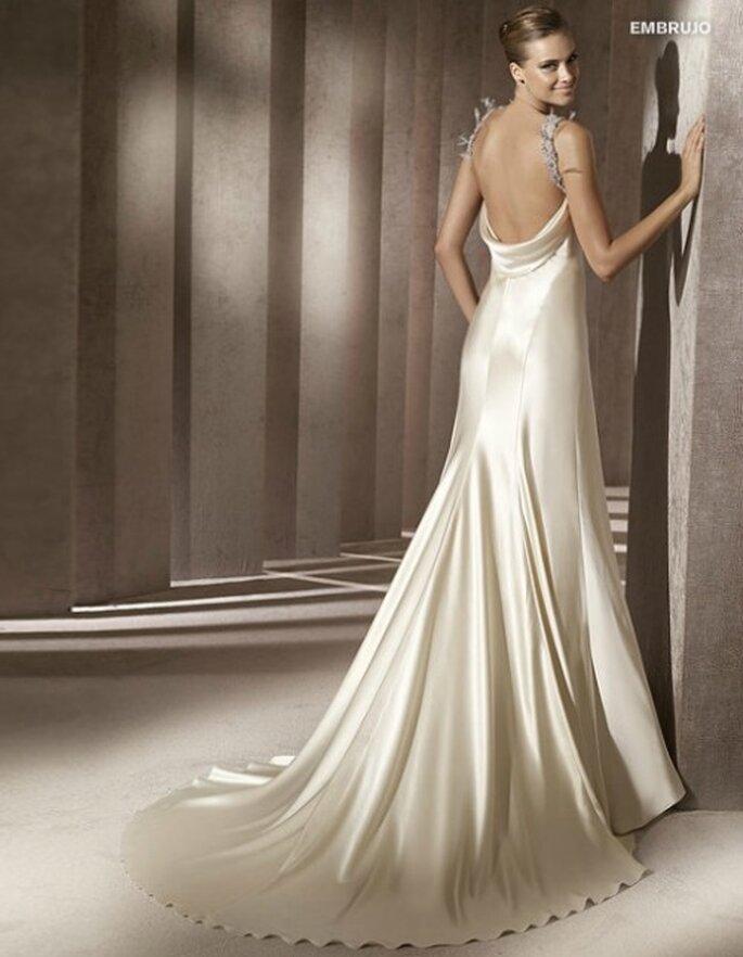 Abito da sposa con una scollatura seducente nella parte posteriore. Pronovias 2012