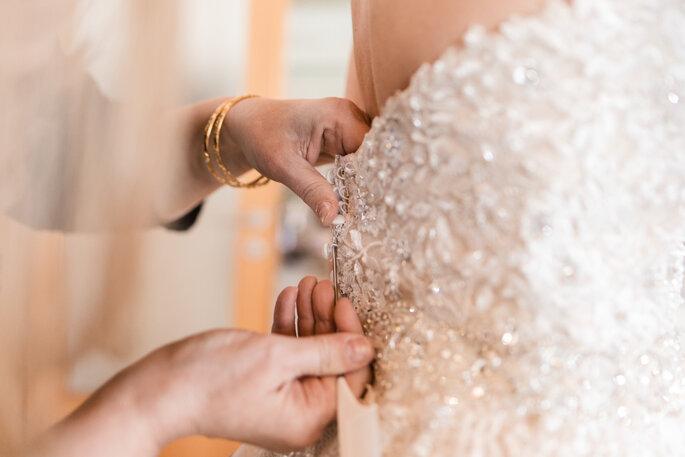 Getting Ready. Brautkleid wird zugemacht, Nahaufnahme