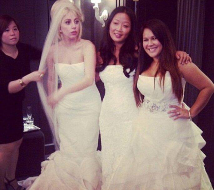 Lady GaGa se prueba vestidos de novia con sus amigas - Foto Littlemonsters.com