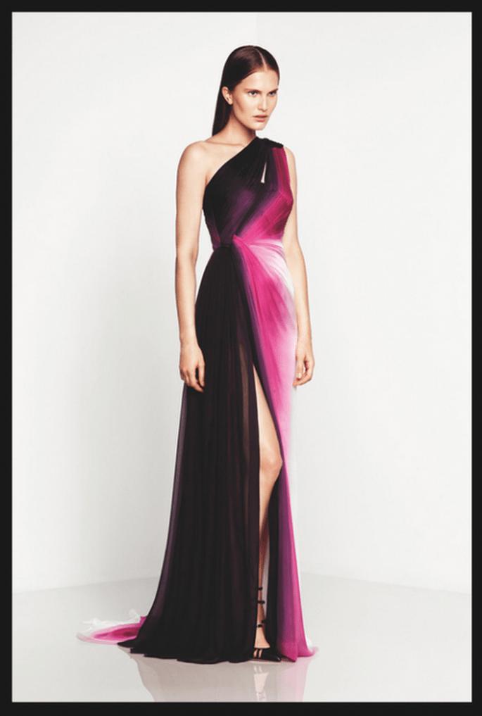 Vestido de fiesta largo en color negro, blanco y púrpura con escote asimétrico - Foto Monique Lhuillier