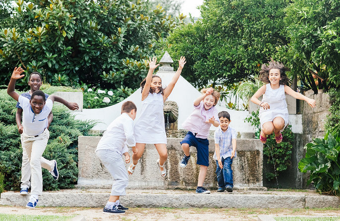 grupo de crianças a brincar e a saltar