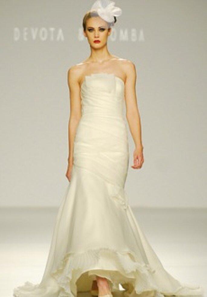 Devota & Lomba 2010 - Vestido largo en sedas y gasa, corte sirena, palabra de honor recto, líneas diagonales, detalle floral