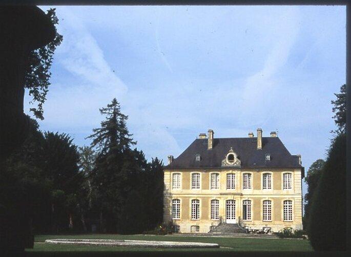 Le Château du Mesnil d'Ô est niché dans un écrin de verdure - Photo : Mesnil d'Ô