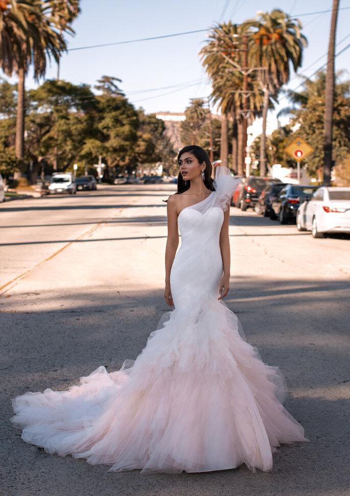 vestido de noiva corte sereia em tule, com saia rodada em tom rosa.