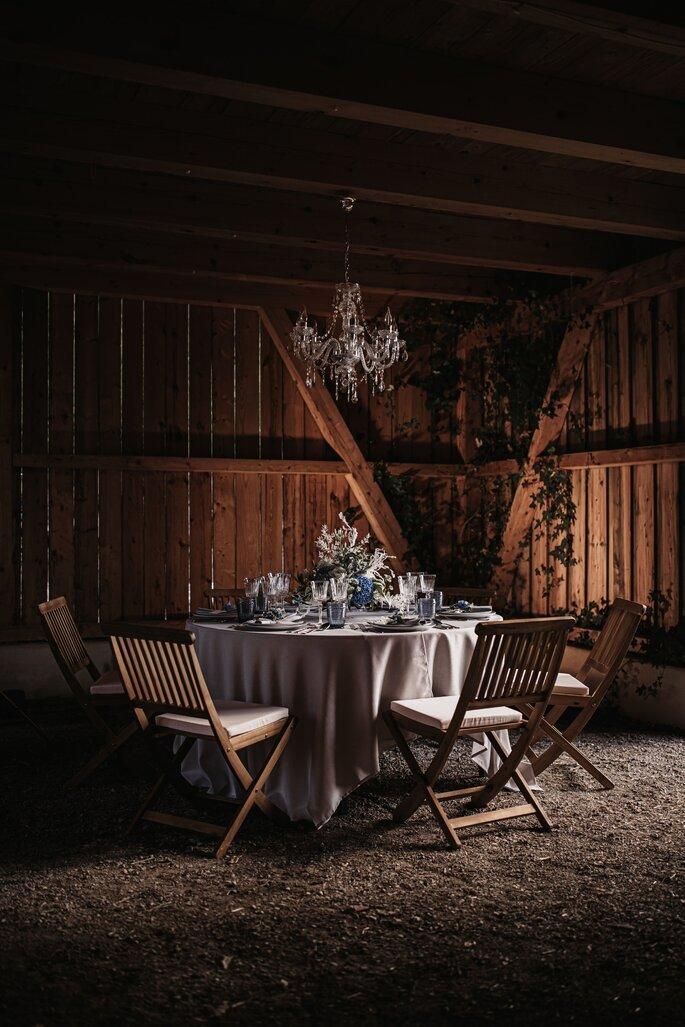 gedeckter Tisch mit bayerischer Dekoration Hochzeit