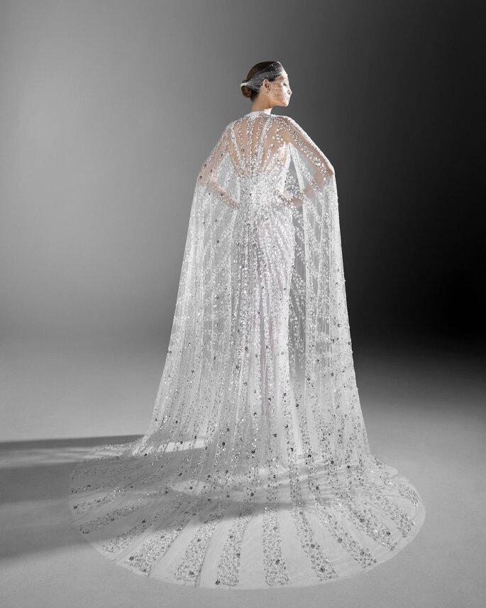 Vestido de novia cubierto de pedrería con capa