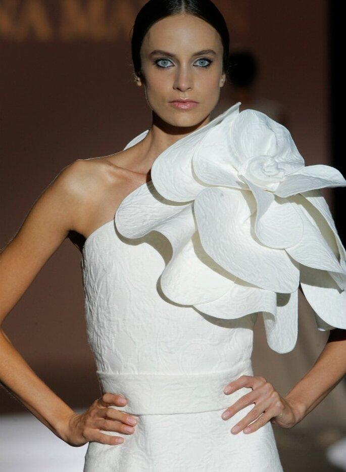 Свадебное платье с воланом от Juana Martín. Foto: Barcelona Bridal Week