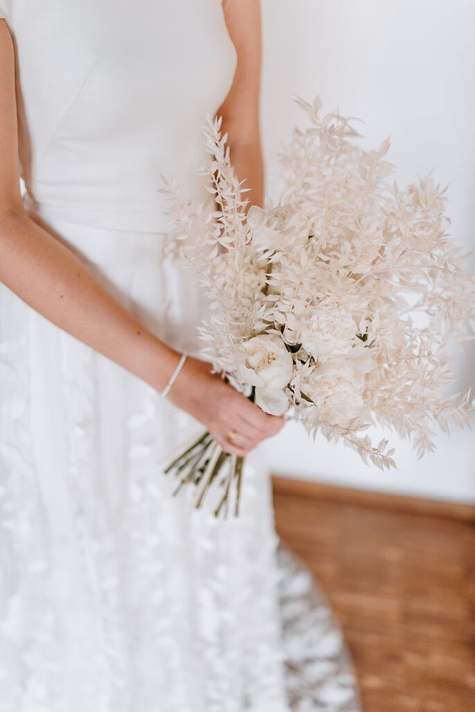 Braut mit Brautstrauß alles in weiss