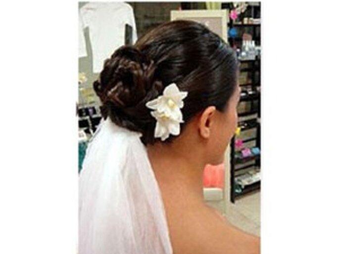 en este caso el velo de novia se combina con una bella flor - Peinados De Novia Con Velo