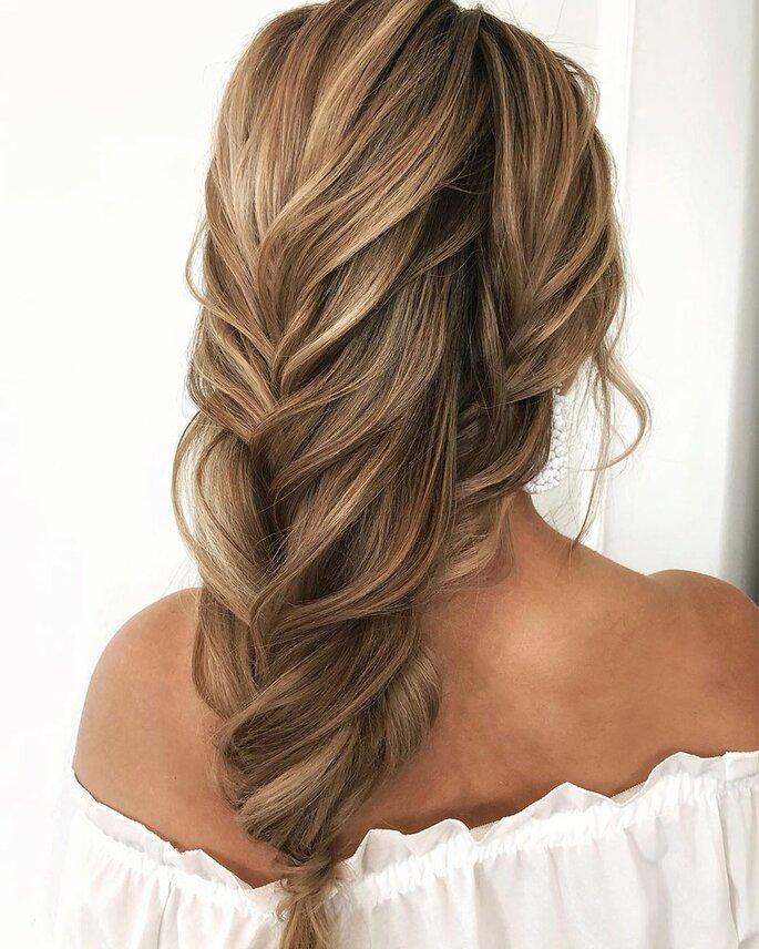 Peinado para dama de honor con trenza efecto desordenada