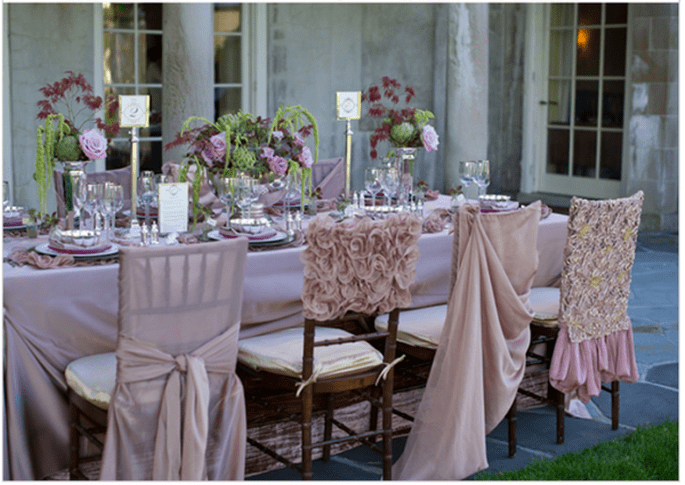 Decoraciones originales para las sillas del banquete de bodas - Foto Ashley Therese Photography