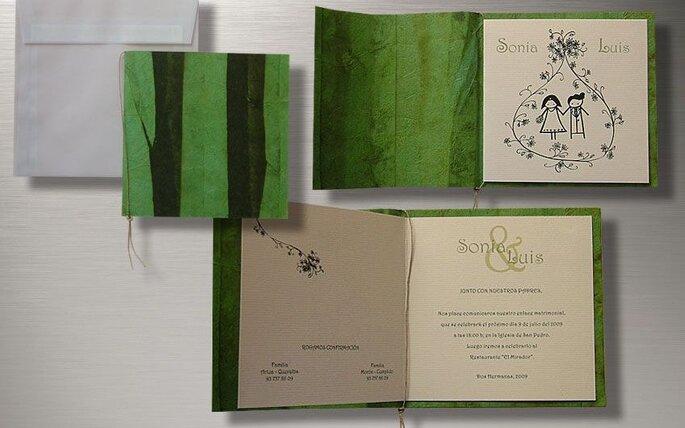 Modelo de invitación de boda donde el verde figura como soporte del papel donde se escribe