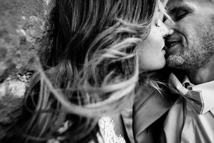 Deux amoureux s'embrassent pour la Saint-Valentin