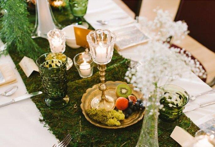 Decorez avec des assiettes dorées, des bougies et des fruits - Photo T&S Hughes Photography
