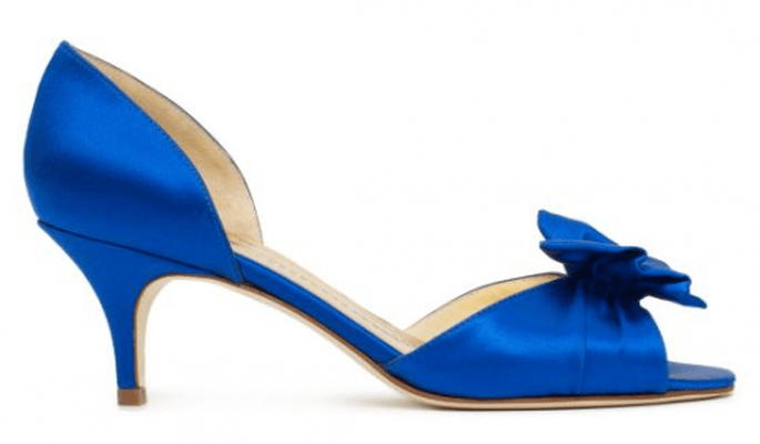 Zapato de novia en color azul rey con tacones y detalle de lazo en el empeine - Foto Kate Spade