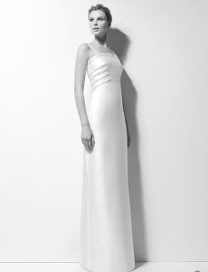 Karl Lagerfeld 2010 - Xara, Langes Mikadokleid mit strassbesetztem Saum und hohem, geradem Ausschnitt, hohe Taille