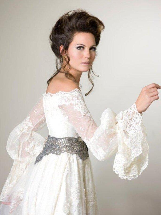 Abito da sposa con maniche in pizzo della collezione Impero. Foto: Inmaculada Puchal