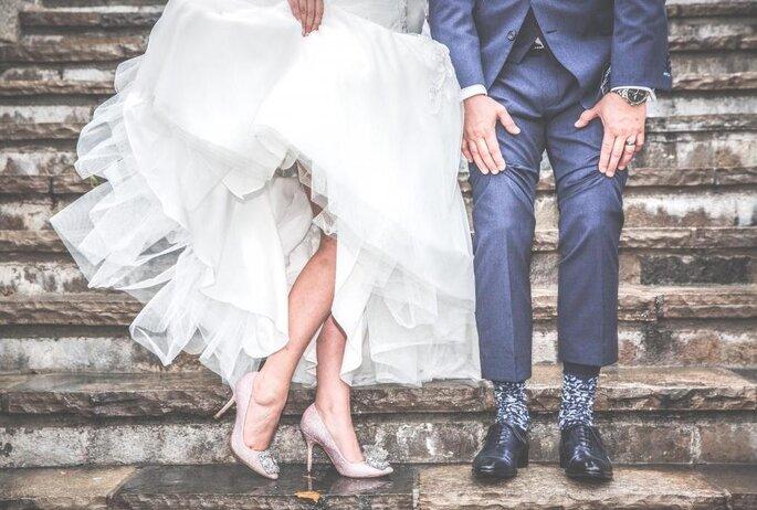 Noivos mostram sapatos em clima descontraido