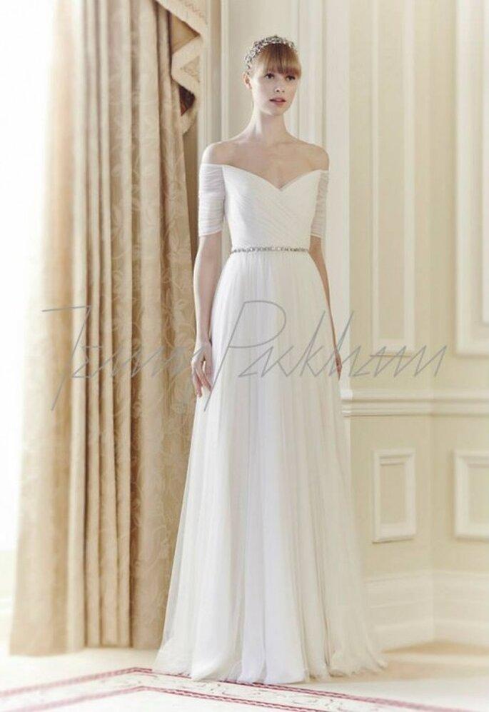 Vestido de novia 2014 en color blanco con hombros descubiertos, mangas ceñidas y cinturón de pedrería - Foto Jenny Packham